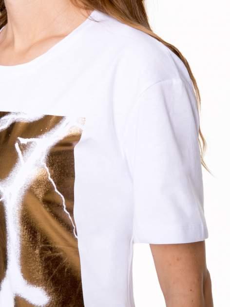 Biały t-shirt ze złotą grafiką                                  zdj.                                  7