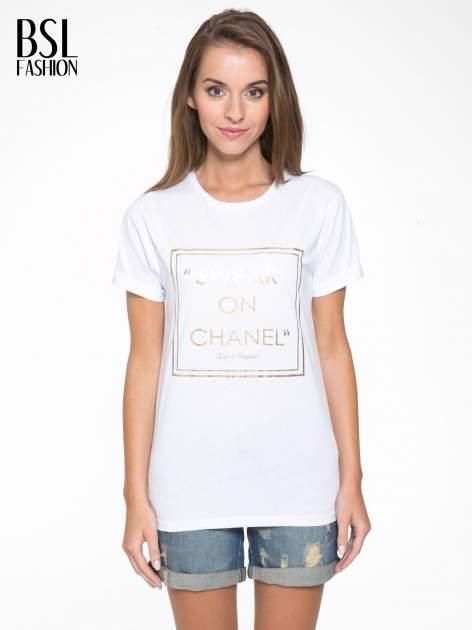 Biały t-shirt ze złotym napisem SWEAR ON CHANEL                                  zdj.                                  1