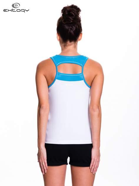 Biały top sportowy V-neck z niebieską lamówką                                  zdj.                                  4