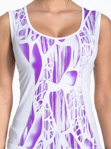 Biały top sportowy z fioletowym printem                                  zdj.                                  4