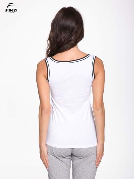 Biały top z kontrastową lamówką w stylu tenis chic                                  zdj.                                  4