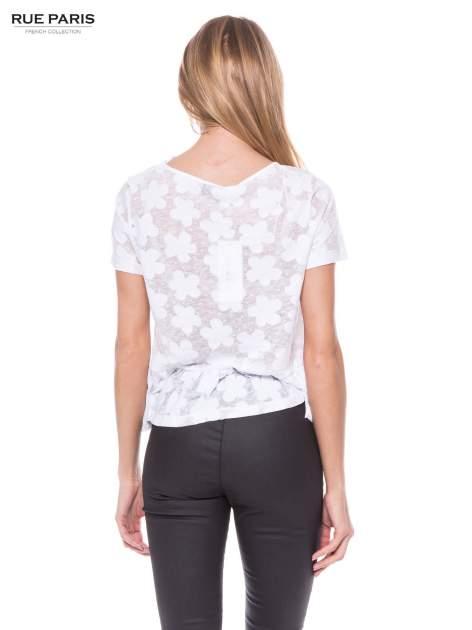 Biały transparentny t-shirt w kwiaty z baskinką                                  zdj.                                  3
