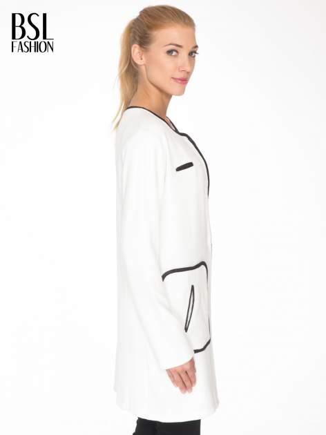 Biały wełniany długi żakiet o pudełkowym kroju ze skórzaną lamówką                                  zdj.                                  3