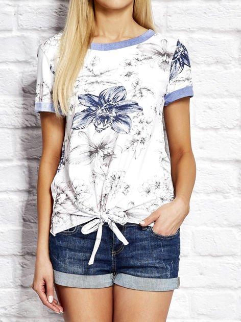 Biały wiązany t-shirt z kwiatowym nadrukiem                              zdj.                              1