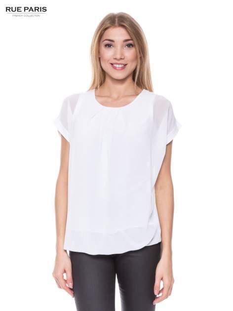 Biały zwiewny t-shirt z plisami na dekolcie