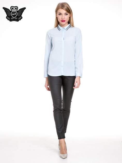 Błękitna elegancka koszula z łańcuszkami na kołnierzyku                                  zdj.                                  2
