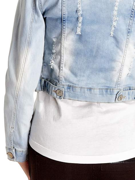Błękitna kurtka jeansowa damska z poszarpaniem i cieniowaniem                                  zdj.                                  6