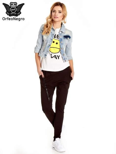 Błękitna kurtka jeansowa damska z poszarpaniem i cieniowaniem                                  zdj.                                  7