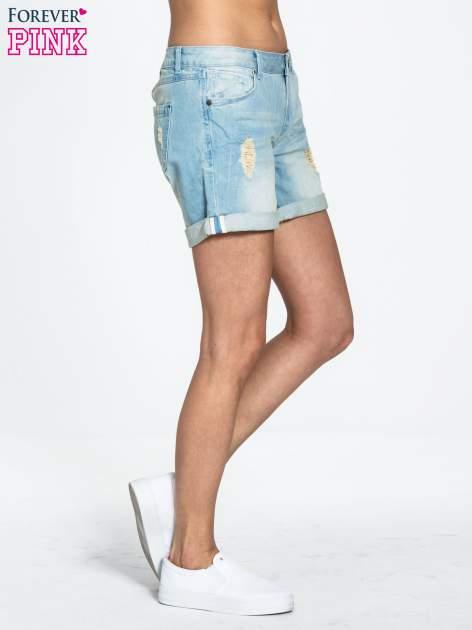 Błękitne jeansowe szorty z podwijanymi nogawkami                                  zdj.                                  3