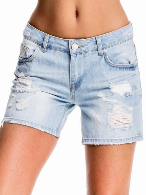 Błękitne jeansowe szorty z przetarciem                                  zdj.                                  1