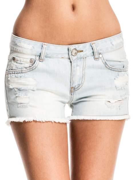 Błękitne jeansowe szorty z przetartą i postrzępioną nogawką                                  zdj.                                  1