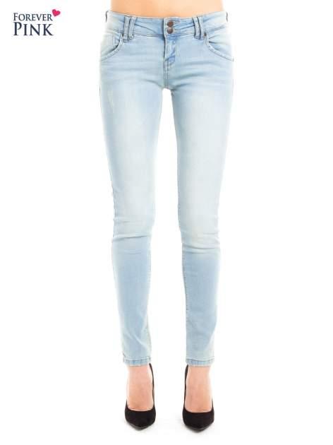 Błękitne jeansy biodrówki na dwa guziki