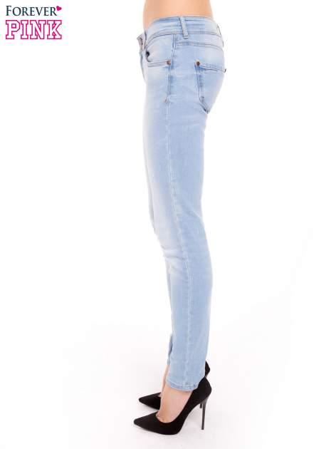 Błękitne jeansy rurki wycierane                                  zdj.                                  3