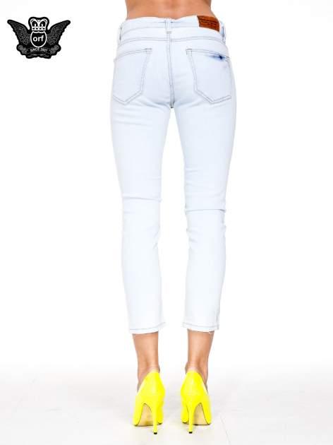 Błękitne spodnie skinny jeans z rozdarciem na udzie                                  zdj.                                  4