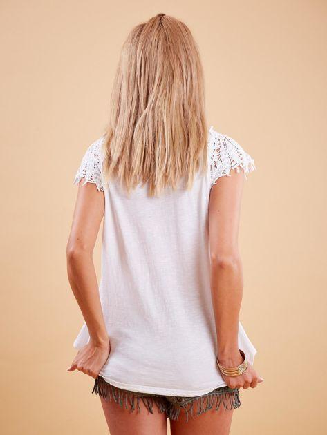 Bluzka biała z koronkowymi rękawami                              zdj.                              2