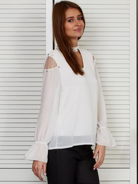 Bluzka szyfonowa z chokerem i perełkami biała                              zdj.                              5
