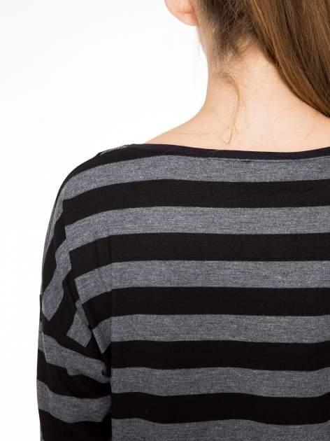 Bluzka w szaro-czarne paski z obniżoną linią ramion                                  zdj.                                  9