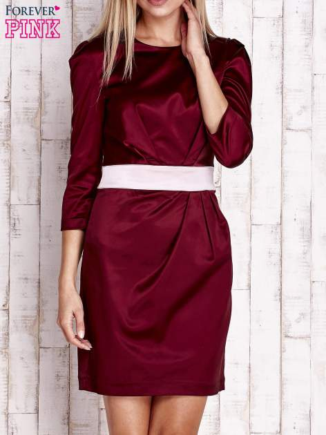 Bordowa elegancka sukienka z satyny z drapowaniem