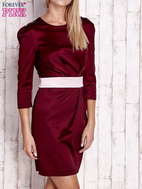 Bordowa elegancka sukienka z satyny z drapowaniem                                  zdj.                                  3