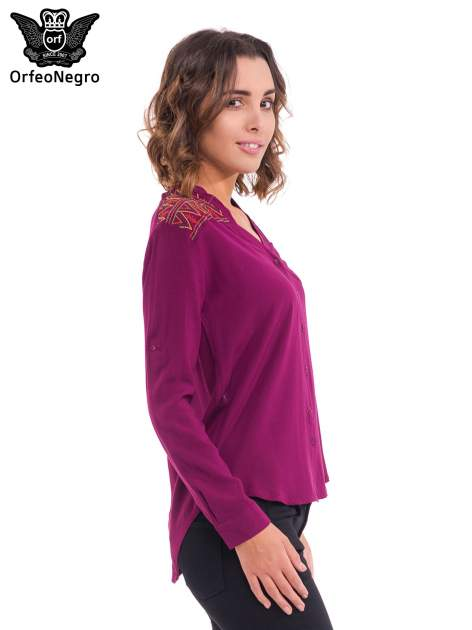 Bordowa koszula z haftem etno na ramionach i kieszonką                                  zdj.                                  3