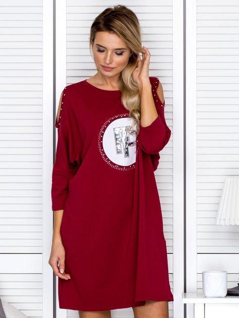 Bordowa sukienka damska oversize z perełkami i okrągłą naszywką                              zdj.                              1