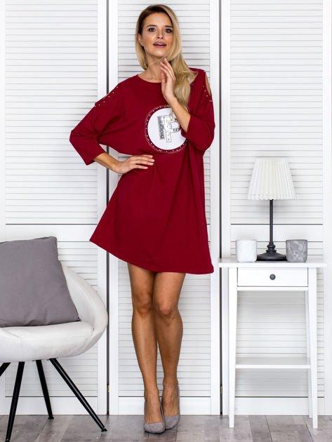 Bordowa sukienka damska oversize z perełkami i okrągłą naszywką                              zdj.                              4