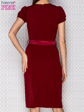 Bordowa sukienka koktajlowa z ozdobną broszką                              zdj.                              2