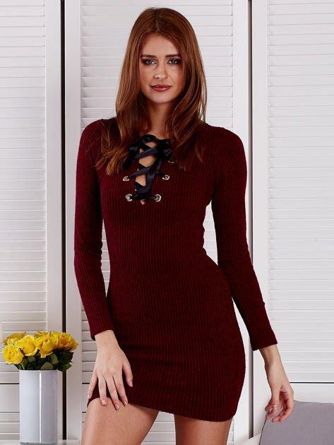 Bordowa sukienka z dekoltem lace up                              zdj.                              1
