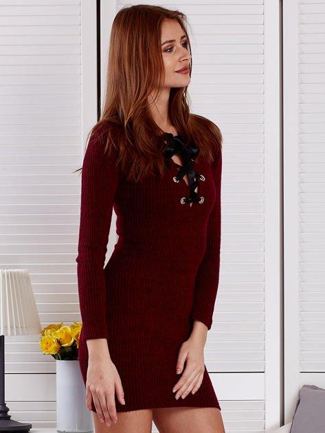 Bordowa sukienka z dekoltem lace up                              zdj.                              5