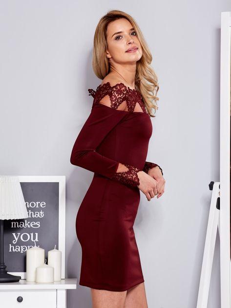 Bordowa sukienka z koronkowym dekoltem                                  zdj.                                  3