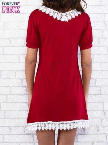 Bordowa sukienka z koronkowym wykończeniem                                  zdj.                                  2