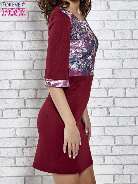 Bordowa sukienka z kwiatową aplikacją                                   zdj.                                  3