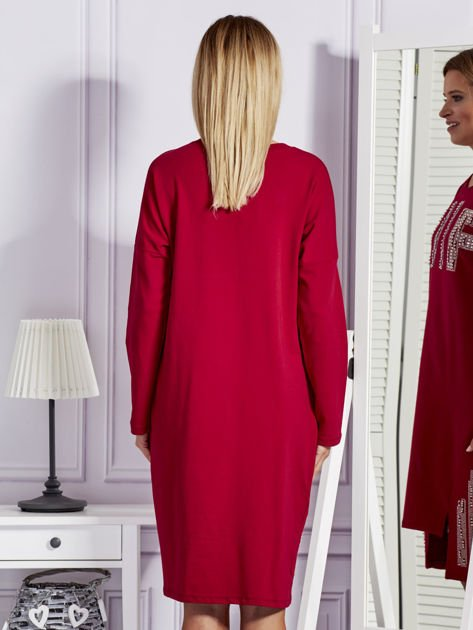 Bordowa sukienka z perełkami i dżetami                              zdj.                              2