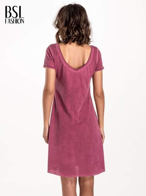 Bordowa sukienka z surowym wykończeniem                              zdj.                              2