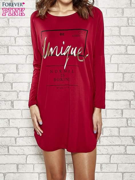 Bordowa sukienka ze złotym napisem UNIQUE                                  zdj.                                  1