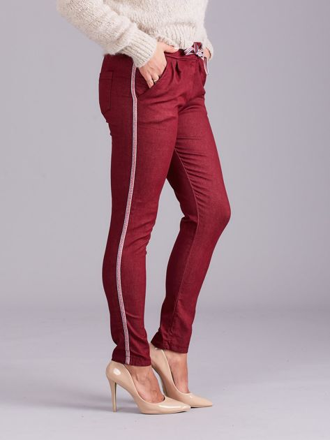 Bordowe spodnie z troczkami i lampasami                              zdj.                              3