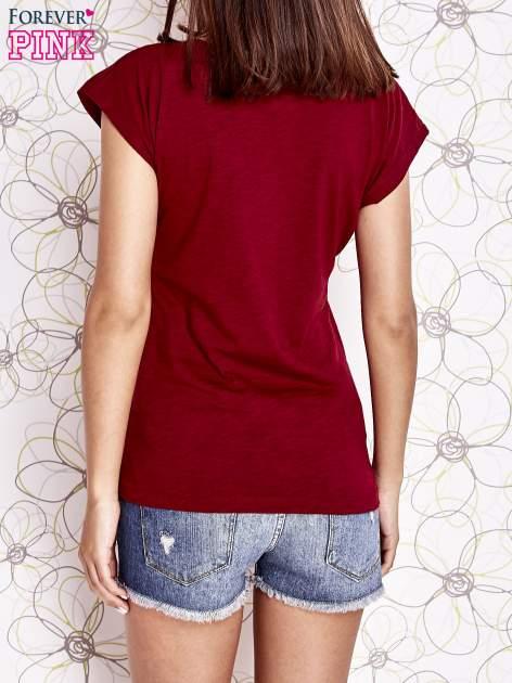 Bordowy t-shirt z nadrukiem znaku zapytania                                  zdj.                                  4