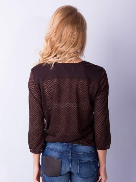 Brązowa bluzka w geometryczny wzór z łezką z przodu                                  zdj.                                  2