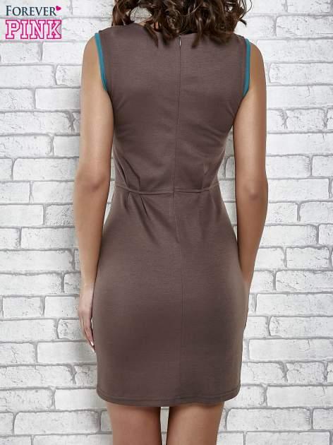 Brązowa dopasowana sukienka z pionową aplikacją                                  zdj.                                  4