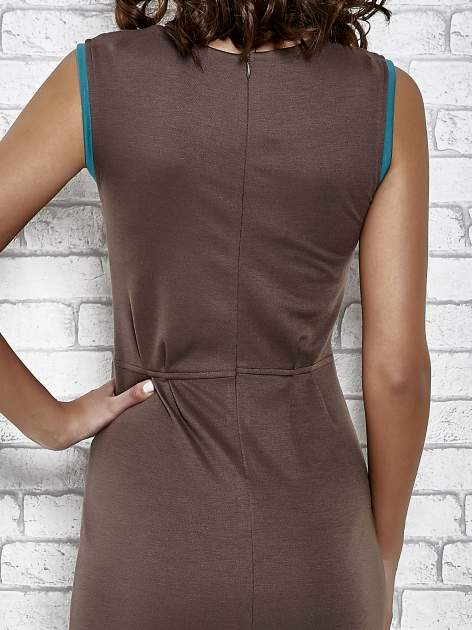 Brązowa dopasowana sukienka z pionową aplikacją                                  zdj.                                  6