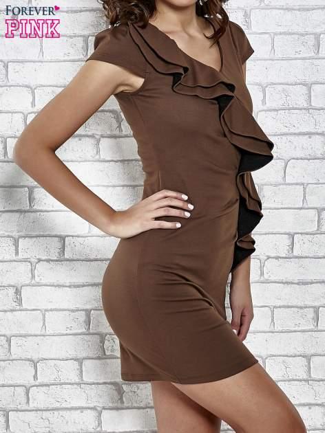 Brązowa dopasowana sukienka z poprzeczną falbaną                                  zdj.                                  3