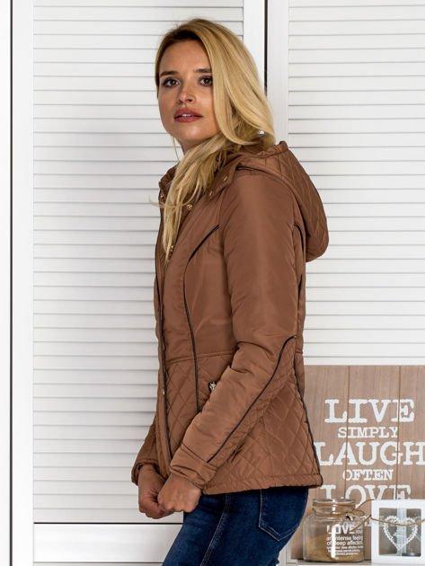 Brązowa kurtka z pikowanymi wstawkami i kontrastową lamówką                                  zdj.                                  6