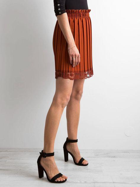 Brązowa plisowana spódnica z koronką                              zdj.                              3