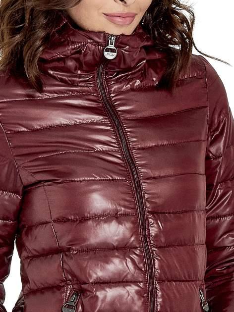 Brązowa puchowa kurtka z błyszczącego materiału z kapturem                                  zdj.                                  5