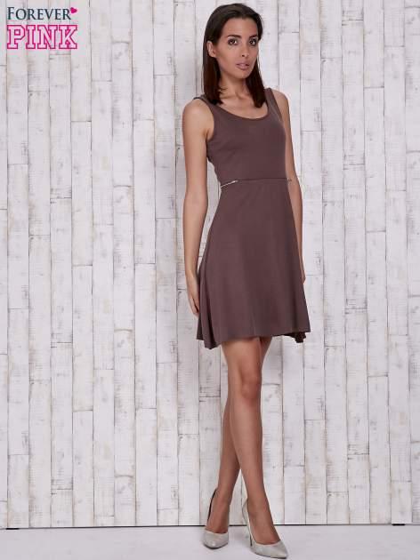 Brązowa rozkloszowana sukienka z suwakami w talii                                  zdj.                                  4