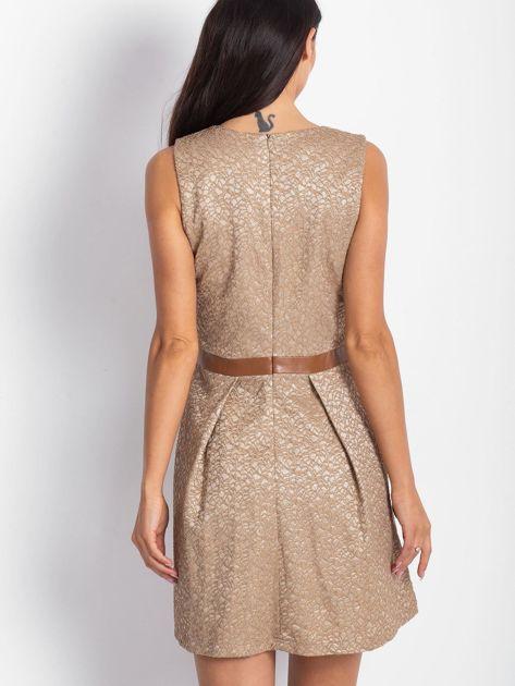 Brązowa sukienka koktajlowa o wyrazistej fakturze                               zdj.                              2