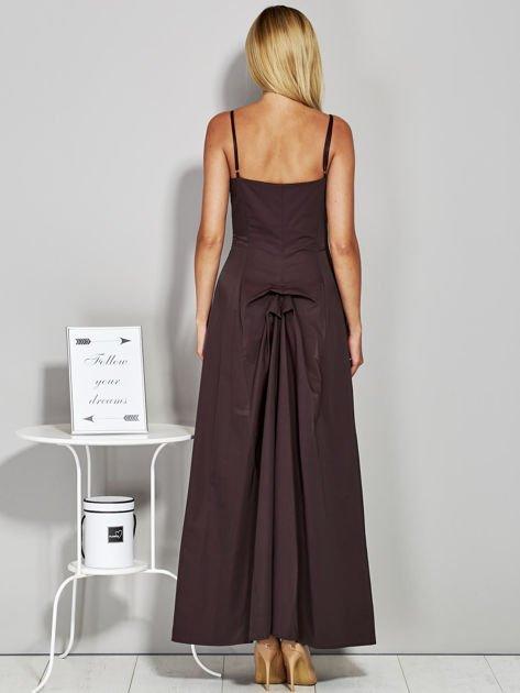 Brązowa sukienka wieczorowa z drapowaniem                              zdj.                              2