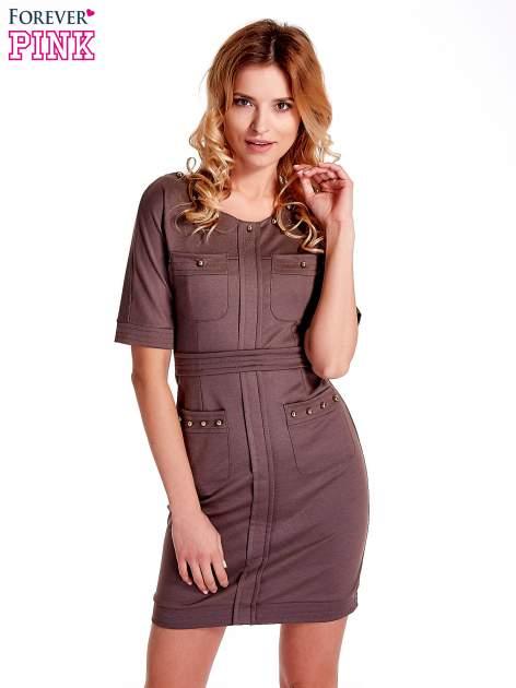 Brązowa sukienka z aplikacją na kieszeniach                                  zdj.                                  1