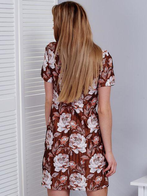 2b5c92e7c1 Brązowa sukienka z marszczonego materiału w kwiaty - Sukienka ...