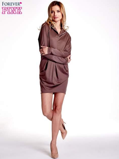 Brązowa sukienka z suwakiem przy dekolcie                                  zdj.                                  2